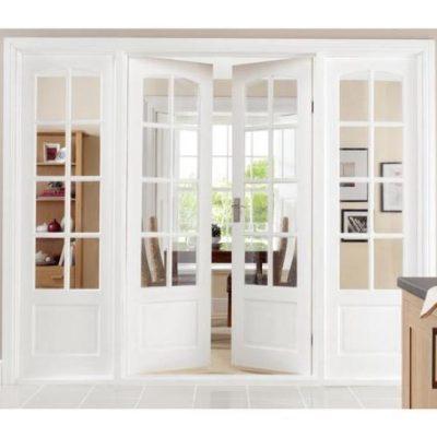 Белые двухстворчатые двери с вставками с прозрачным стеклом
