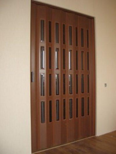Двери-гармошка со вставками из стекла