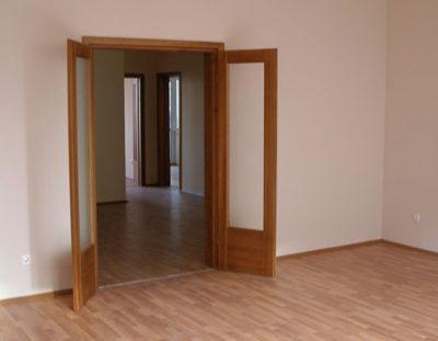Правильно установленная дверь не задевает пол и не открывается самостоятельно