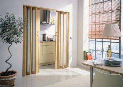 Двери-гармошка со стеклом и деревянной «коробкой»