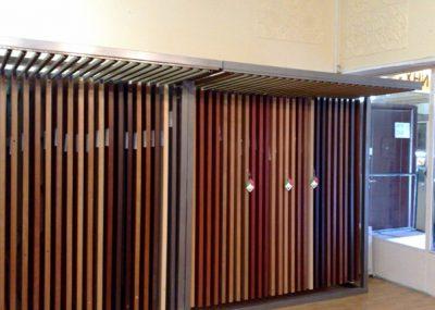Экспозитор – стенд, располагающийся точно вдоль стены