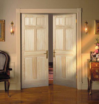 Двухстворчатая дверь в светлом интерьере