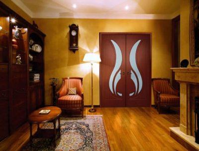 Двустворчатая дверь великолепно дополняет вид гостиной
