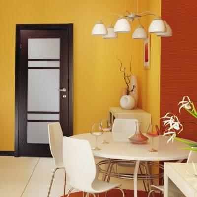 Изящная дверь, которая дополняет общий дизайн комнаты