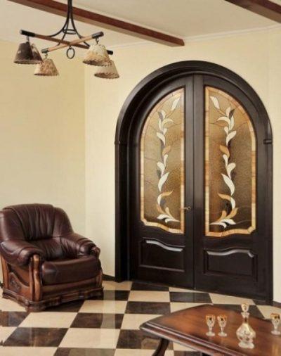 Арочные двери с витражами в классическом варианте