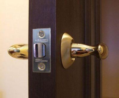 Чем хороши межкомнатные двери с врезанной фурнитурой?