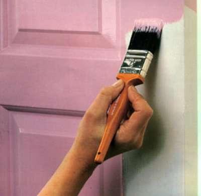 Процесс окрашивания двери