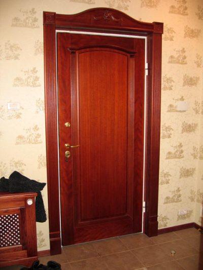 Межкомнатная дверь с оттенком цвета вишня