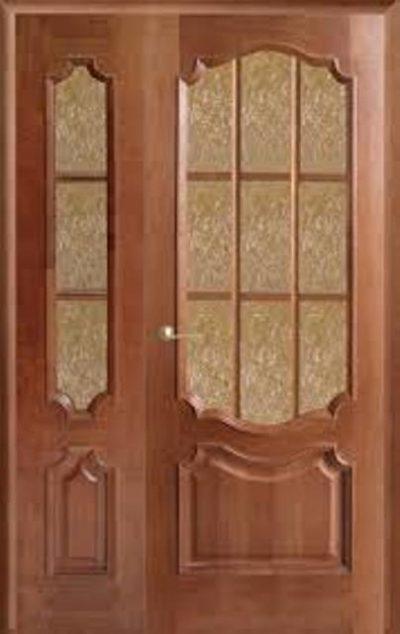 Неравнопольная дверь из дерева со стеклянными вставками