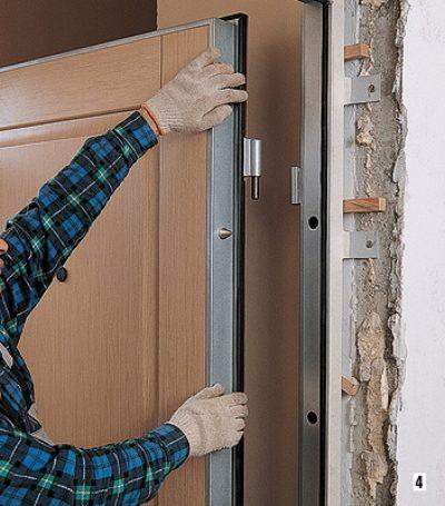 Установка межкомнатной двери (один из этапов работы)