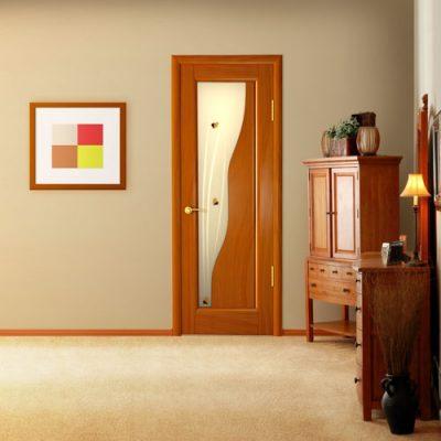 Двухцветная дверь в светлом помещении