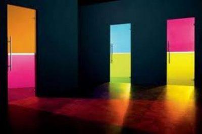 Двухцветная дверь в темном помещении