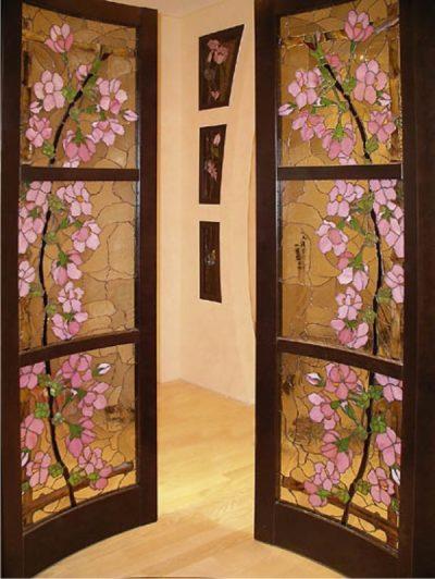 Витражный рисунок совершенно меняет восприятие дверей
