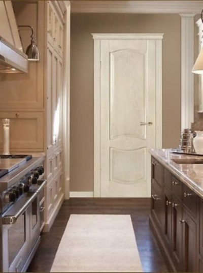Светлые дубовые двери в интерьере (на кухне)