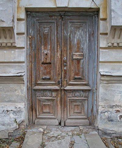 Естественная патина, которую сделало время. Одни из самых старых дверей, которые сохранили свой изысканный облик