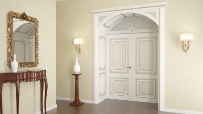 Один из вариантов элегантного оформления помещения с помощью белых патинированных дверных конструкций