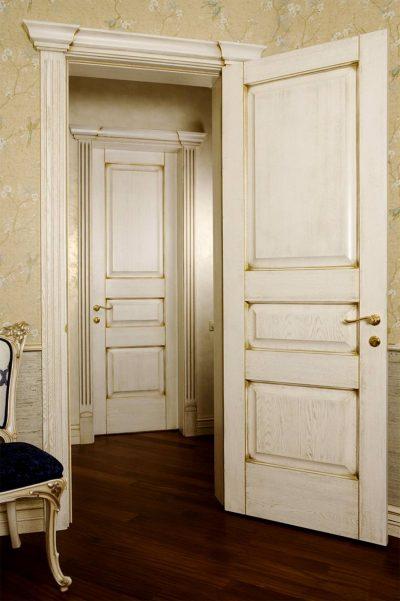 Одно из возможных расположений дверной конструкции изысканного дизайна в помещении