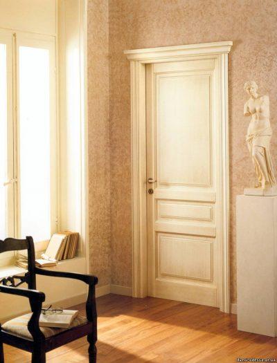 Применение дверной конструкции белого цвета с патиной и вставками в дизайне комнаты