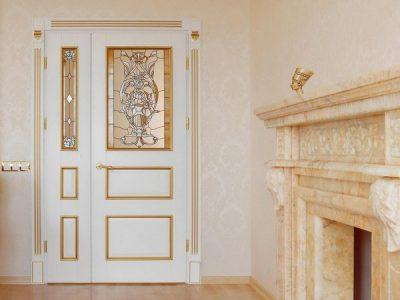 Вставное витражное стекло в сочетании с украшением золотистыми полосками