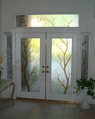 Двустворчатые двери с витражным стеклом и боковыми стеклянными вставками