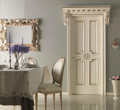 Элегантная белая дверь с патиной и различными стеклянными вставками