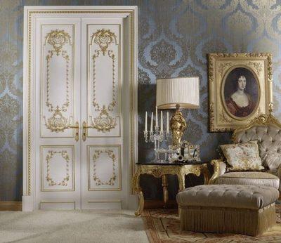 Неброский и элегантный классический стиль, в котором нашла свое место белая дверь с патиной