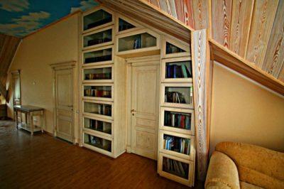 Изящный современный интерьер с белой дверью, декорированной патиной
