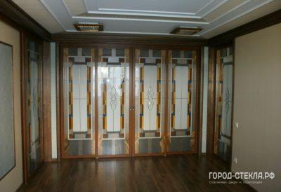 Алюминиевые раздвижные двери с витражами