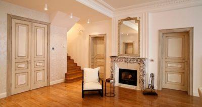 Применение белых патинированных дверных конструкций в эстетическом оформлении интерьера