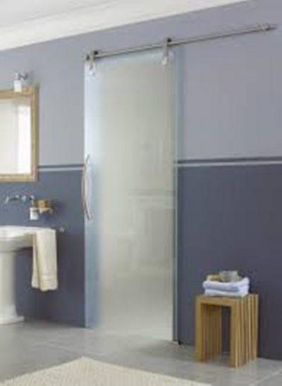 Подвесная дверь в ванной комнате