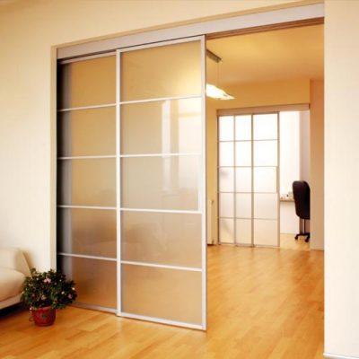 Нестандартная дверь из стекла пенального типа