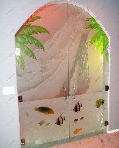 Пленочное покрытие, наклеенное на стеклянное изделие, декорирует его
