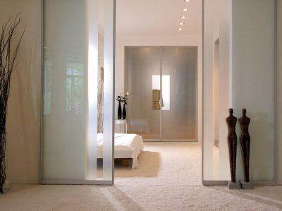 Любителям хорошо освещенного объединенного жилья подойдут стеклянные двери