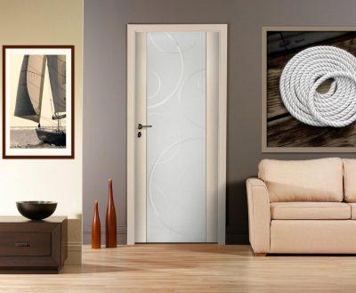 Рис. 1 – Дверь, которая становится своеобразным элементов декора в помещении, подчеркивая его самобытность и неординарность благодаря стеклянной вставке с узорами и белому обрамлению из дерева