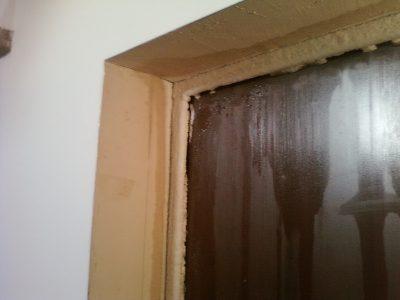 Конденсат на металлической двери