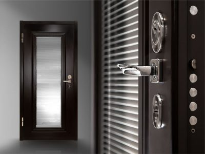 Жалюзи на двери со стеклом