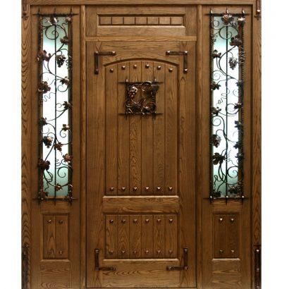 Металлическая дверь с деревянной обшивкой, стеклом и кованым декором