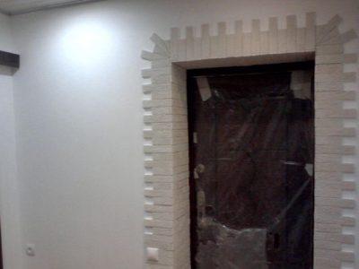 Вариант, как облагородить двери искусственным камнем