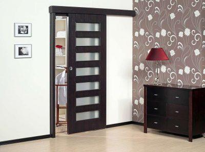 Модель одностворчатой дверной конструкции, которая эффектно вписывается в дизайн интерьера