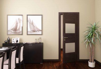 Традиционный лаконичный тип дверной конструкции, оформленной в темной цветовой древесной гамме и дополнительно декорированный стеклянными квадратными элементами