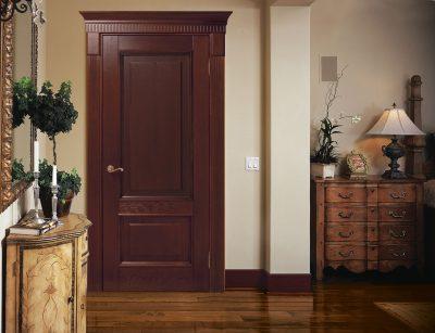 Шикарная дверная конструкция, выполненная в древесных оттенках и сочетающаяся с общим дизайном помещения