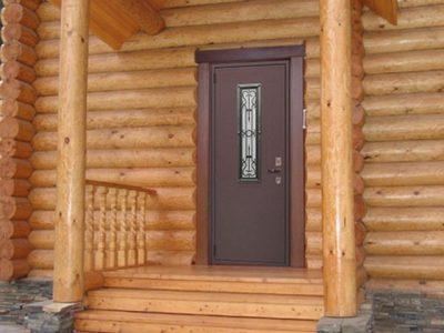 Металлическая дверь в деревянном доме