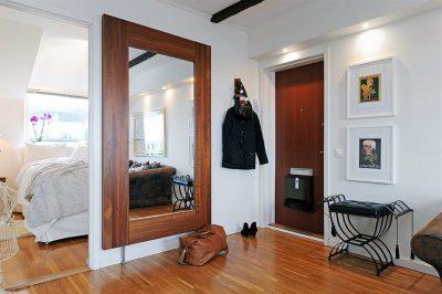 Интересный дизайн прихожей с зеркальной поверхностью в качестве основного элемента декора