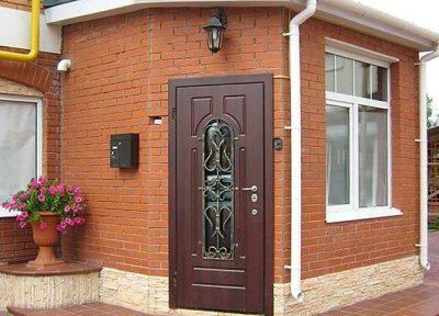 Традиционная дверь с окном и металлической решеточной конструкцией для повышения защитных свойств