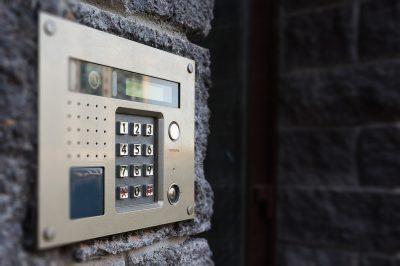Дверь с домофоном, фото