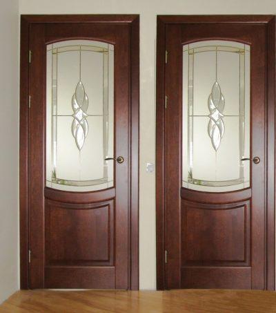 Массив такой породы как ольха в качестве материала для межкомнатной двери, дополненный стеклянными вставками
