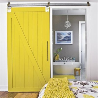 Окрашенные двери в желтый цвет в интерьере в качестве элемента декора