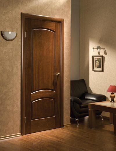 Двери, окрашенные в классический темный древесный оттенок, который элегантно смотрится в дизайне интерьера помещения