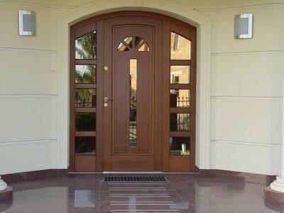 Массивная и надежная дверь премиум класса с зеркальными вставками
