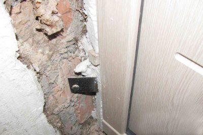 Не выровненная поверхность дверных откосов, которая подлежит тщательной обработке